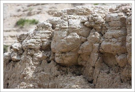Пористая структура камня.