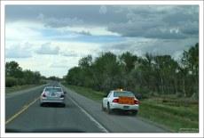 Машина-помощник в зоне ремонта дороги.