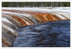 Разноцветные берега Огненной реки в гейзеровом бассейне Black Sand.