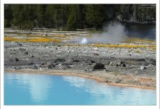 Молочно-голубая вода источников в бассейне Biscuit.