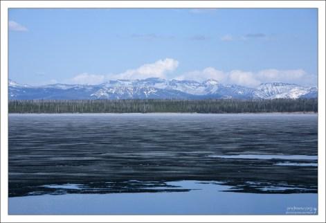 Вид через озеро Йеллоустоун на горный хребет Absaroka.