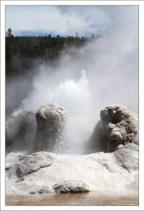 """Неожиданное извержение воды из гейзера """"Грот""""."""