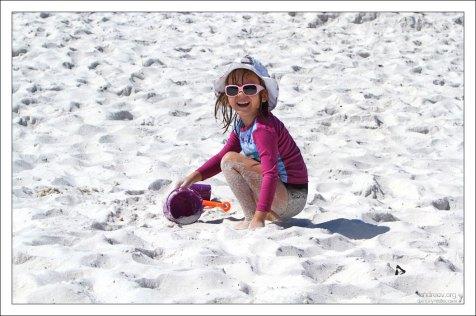 Саша на пляже из белого песка в Пенсаколе.