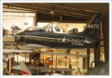 FJ-2 Fury со складными крыльями.