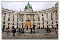 Площадь Michaelerplatz и фасад дворца Хофбург.