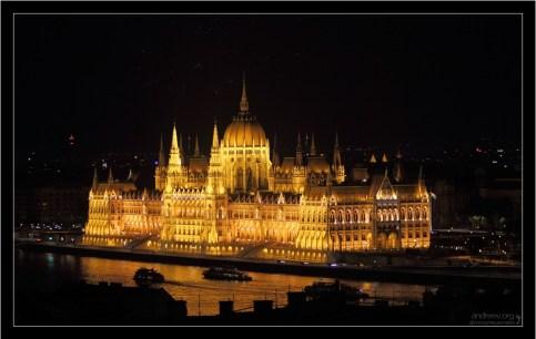 Светящийся Венгерский Парламент.