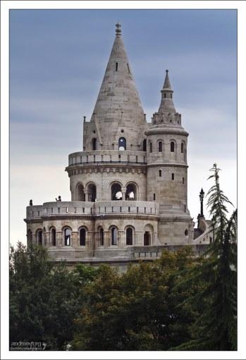Коническая шатровая башня на балюстраде Рыбацкого бастиона.