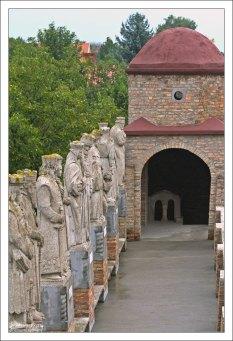 Статуи венгерских королей и королев в замке Бори.