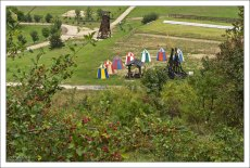 Лужайка перед замком, с разноцветными шатрами, катапультой, мощным тараном, конюшнями, рыцарской ареной.