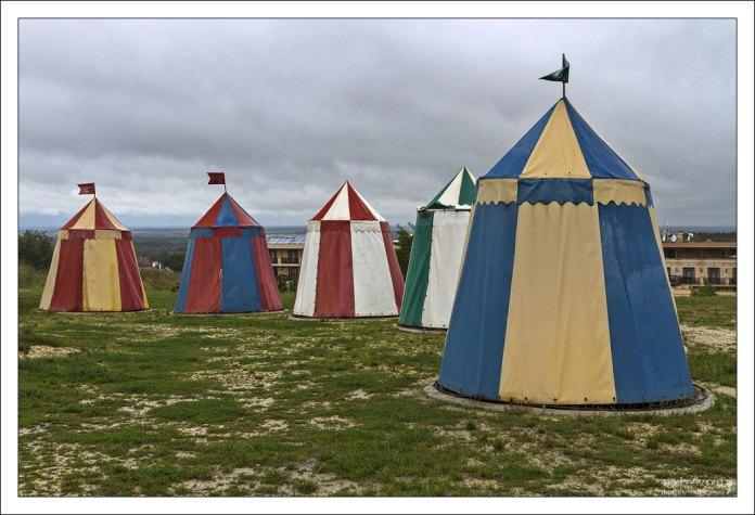 Разноцветные шатры в парке Varjatekok.