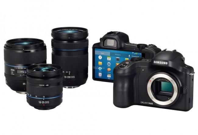 Samsung Galaxy NX Systemkamera mit Wechselobjektiven. Gut erkennbar der fehlende Spiegel im Gehäuse rechts. / Bildquelle: Tinh te