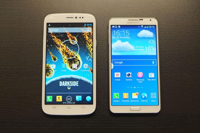 Das Darkside Hell im Vergleich zum Galaxy Note 3: Die enormen Ausmaße des Gerätes werden auf diesem Bild augenscheinlich.