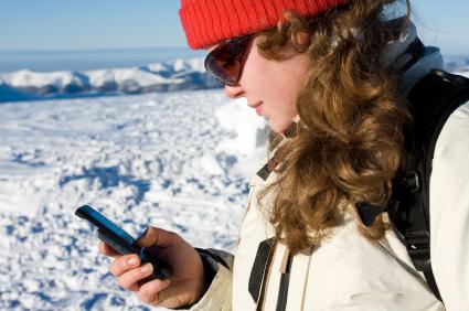 Das Handy im Winter mit den Fingern zu bedienen, ist bald Vergangenheit. Nun ist die Zunge an der Reihe. (Foto: istockphoto[AnastasiyaShanhina])