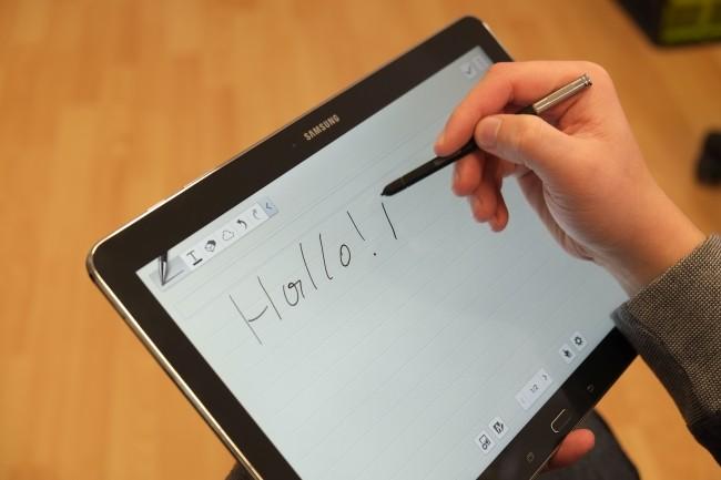 Schreiben oder Zeichnen macht auf dem riesigen Display Spaß. Eine Erleichterung ist, dass der Handballen aufgelegt werden kann.