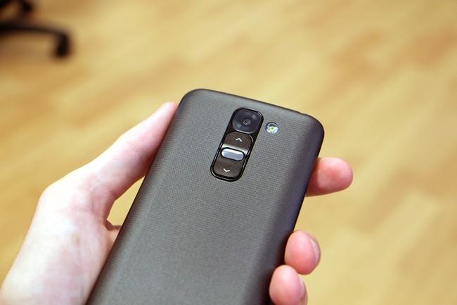 Wie beim LG G2 sind alle drei Hardware-Tasten  (von oben nach unten: Lauter-, Ein-Aus-, Leiser-Button)auf der Rückseite zu finden.