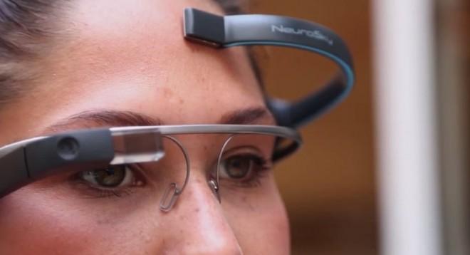 Durch einen Kontaktpunkt an der Stirn werden die Gehirnwellen gemessen. (Bild: This Place/Youtube Screenshot)