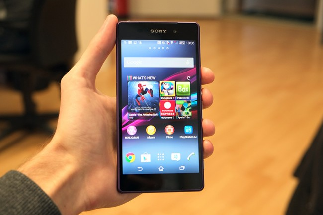 Mit 5,2 Zoll und einem wuchtigen Gehäuse ist das Xperia Z2 definitiv kein kompaktes Smartphone. Es liegt dennoch überraschend gut in der Hand.
