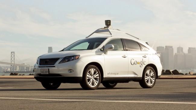 """Googles smarte Auto Für Google Streetview sind autonom fahrende Autos schon seit Jahren unterwegs, durch die Anfang des Jahres ins Leben gerufene """"Open Automotive Alliance"""" bündelt Google nun mit Audi, Honda und Co die Kräfte und will mit ähnlichen Technologien bald auf den Massenmarkt vorpreschen."""