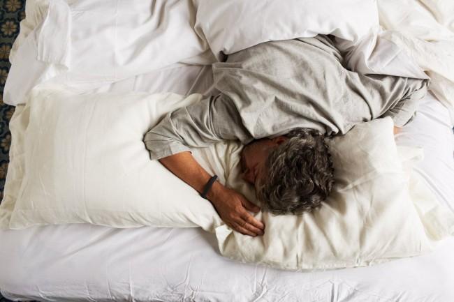 Über die verbauten Bewegungssensoren können Fitness-Armbänder auch Schlafqualität und -dauer aufzeichnen.