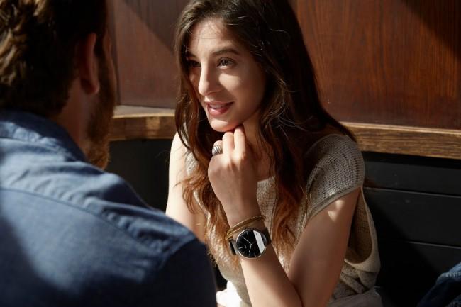 Obwohl sie auf den Fotos sehr handlich und wie eine normale Uhr wirkt, ist die Moto 360 doch sehr dick.