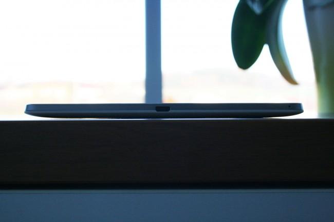 Anders als bei vielen anderen Tablets, besitzt das Nexus 9 abgerundete Kanten, die von der Seite aus gesehen, ein Trapez bilden.