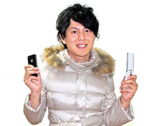 Er macht es richtig: Zwei Mobiltelefone – da kann nichts schiefgehen. Besser wären natürlich drei Geräte. Nomophobie ist nichts zum Lachen. (Foto: Typexnick)
