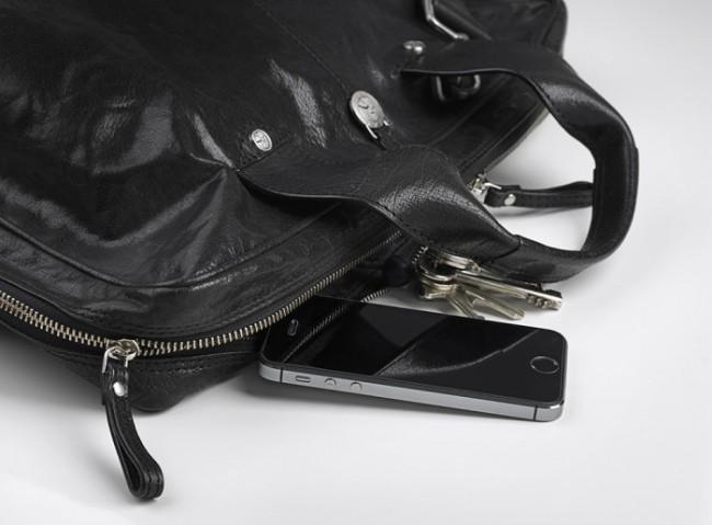 Der TitanShield schützt den Bildschirm des Smartphones vor Beschädigungen durch Schlüssel und Münzen. (Foto: eStuff)