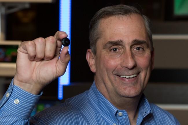 "Intel-Chef Brian Krzanich präsentiert stolz den Prototyp des knopfgroßen ""Intel Curie""-Mini-Computers. (Foto: Intel)"