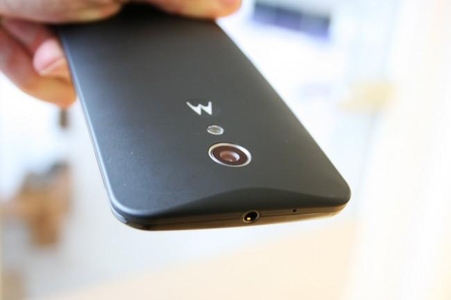 Die Rückseite des Geräts ist geschwungen, das Smartphone liegt damit gut in der Hand. Elegant wirkt das Moto G durch seine Größe und Dicke aber nicht gerade. Die Plastik-Buttons helfen da auch nicht.