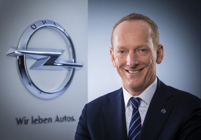 """Opel-Group-Chef Dr. Karl-Thomas Neumann: """"Per Telefon-Integration können wir das Smartphone ganz einfach im Auto nutzen. Deshalb werden wir die Integration von Apple CarPlay und Android Auto zu besonders attraktiven Preisen über die gesamte Modellpalette anbieten."""" (Foto: © GM Company)"""