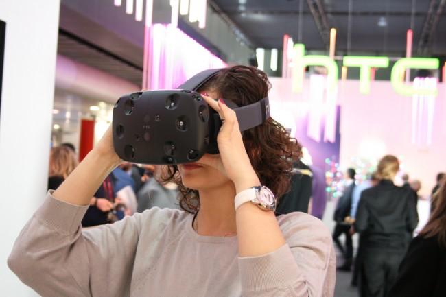 Schön ist die HTC Vive auf keinen Fall, die VR-Brille ist aber überraschend angenehm zu tragen und sitzt fest am Kopf. Das ist wichtig, immerhin soll sich der Träger auch mit der Brille frei bewegen können.