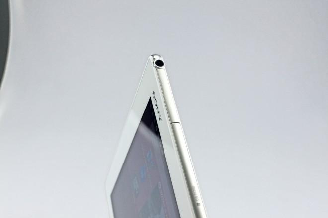 6,1 Millimeter und 389 Gramm - es gibt kein leichteres, dünneres 10 Zoll-Tablet als das Xperia Z4 Tablet. Der 3,5 mm Klinken-Anschluss hat gerade noch Platz.