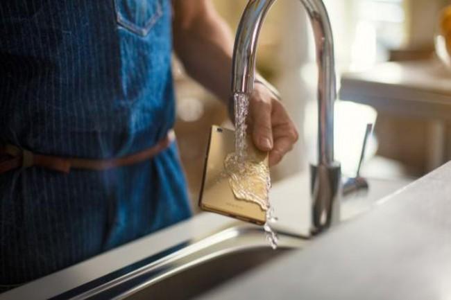 Das Xperia M5 ist wasserfest, so dass Regen und Spritzwasser dem Smartphone nichts anhaben können. (Foto: Sony Mobile Communications)