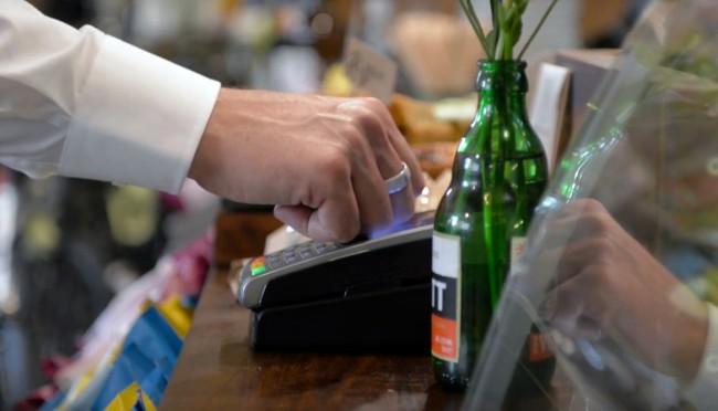 Dank des Kerv-Rings kannst du in Zukunft kontaktlos bezahlen, auch ohne dazu eine Kreditkarte oder ein Smartphone verwenden zu müssen. (Foto: Kerv)