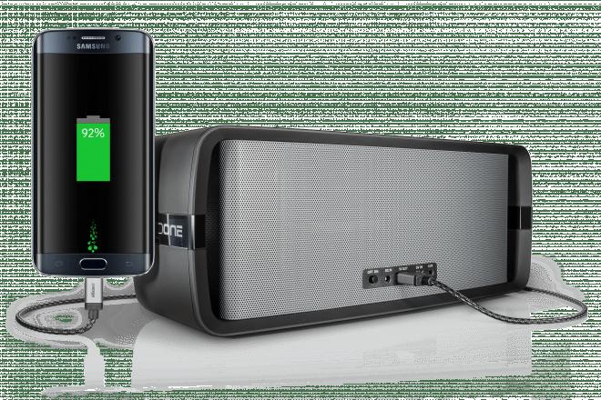 Der Akku ist mit  5.200 mAh nicht nur stark genug für 13 Stunden Wiedergabe - per USB-Kabel können Sie damit sogar Ihr Handy laden.