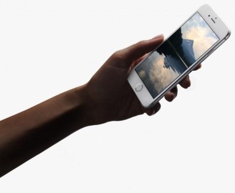 Der Bildschirm (z.B. des iPhone 6S ) erkennt, wie stark Sie auf das Display drücken und löst entsprechend verschiedene Aktionen aus.
