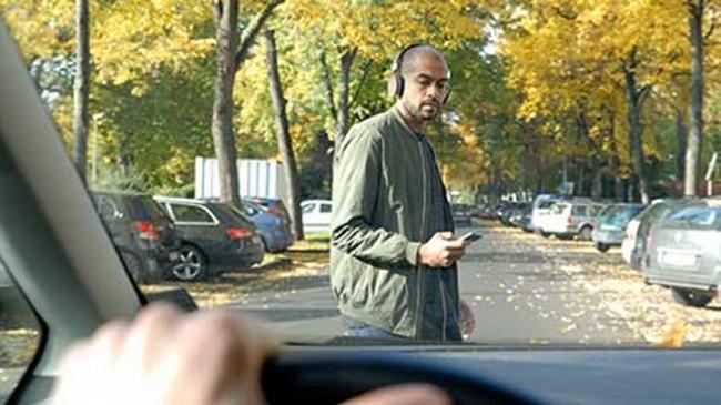 Laut einer Umfrage des Fahrzeugherstellers Ford benutzen 57 Prozent der Smartphone-Besitzer ihr Mobiltelefon zumindest gelegentlich an Ampeln, Zebrastreifen oder beim sonstigen Überqueren der Straße. (Foto: Ford)
