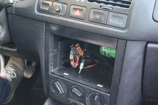 Zunächst einmal muss das Radio entfernt und der zur Verfügung stehende Schacht eventuell vergrößert werden. Dazu müssen möglicherweise Blenden oder Fächer weichen.