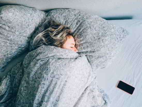 L'utilisation d'un smartphone ou une tablette avant le coucher est devenue partie intégrante de la vie moderne