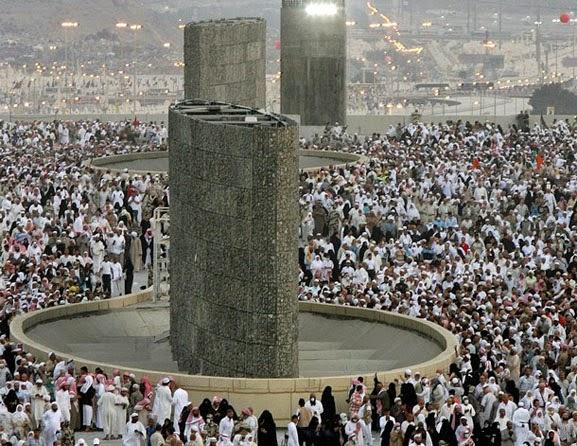 Muslim-Casting-Stones-at-Satan-Mecca-2