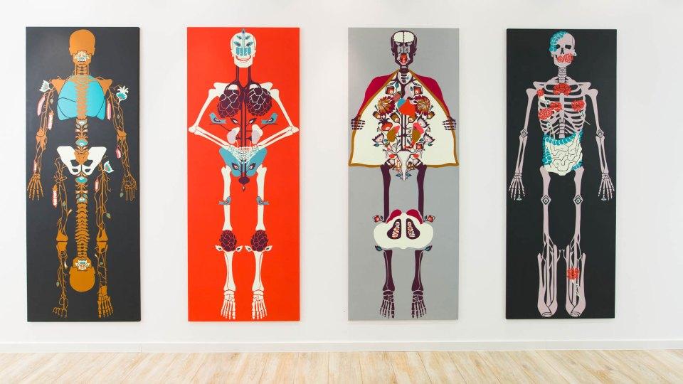 Knochen_in_der_Orthopädie_Ausstellung_Anna_Szermanski_Die_Familie_Orthopädie_Praxis_Dr._Bloch_Düsseldorf_Skelette_Farben_Polen_Folklore1