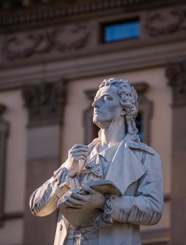 patung penyair Jerman Friedrich Schiller di depan Staatstheater Wiesbaden, Axel Lauer, Shutterstock