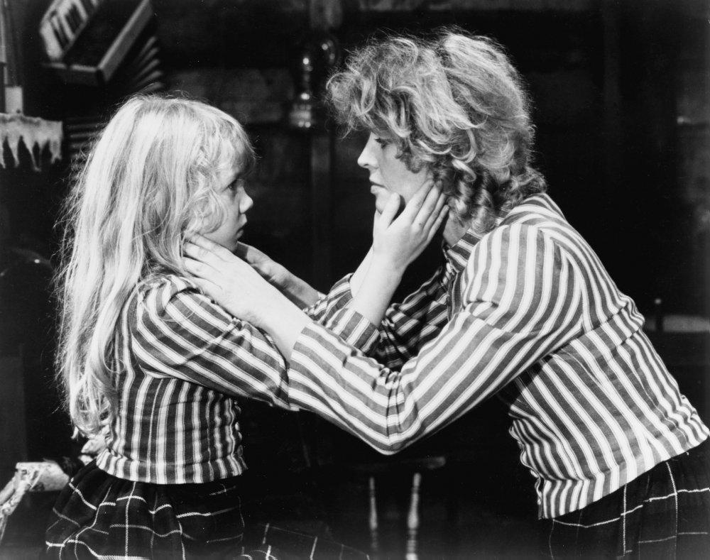 gold-diggers-1982-001-00m-irr-julie-christie-touching-girls-face