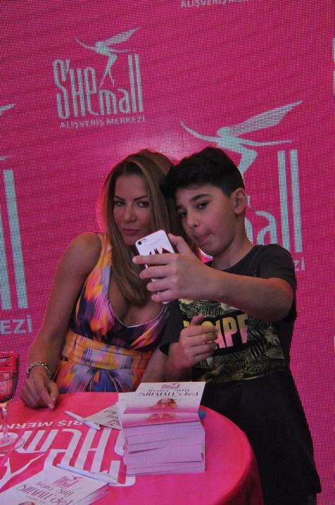 İvana Sert hayranları ile bol bol selfie yaptı (2)