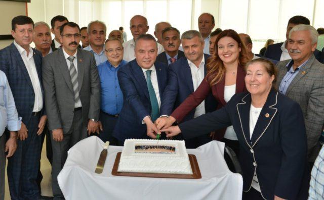 Kutlama gününde hep birlikte pasta kestiler