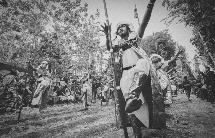 Apel Photography - Street Photography - Journalist Photographers - Bali Masive Cremationan Ceremony - Ngaben di Nusa Penida - Bali Monochrome Photographers (14)