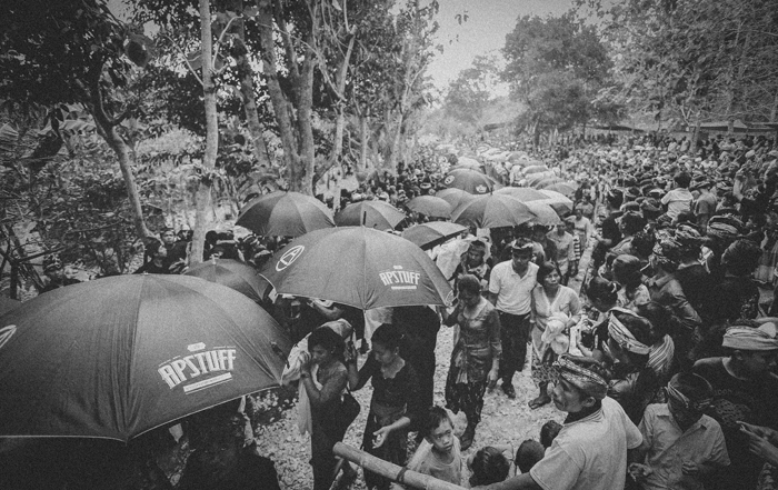 Apel Photography - Street Photography - Journalist Photographers - Bali Masive Cremationan Ceremony - Ngaben di Nusa Penida - Bali Monochrome Photographers (15)