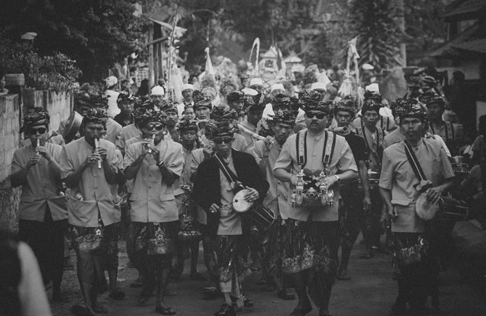 Apel Photography - Street Photography - Journalist Photographers - Bali Masive Cremationan Ceremony - Ngaben di Nusa Penida - Bali Monochrome Photographers (21)