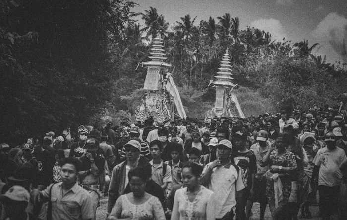 Apel Photography - Street Photography - Journalist Photographers - Bali Masive Cremationan Ceremony - Ngaben di Nusa Penida - Bali Monochrome Photographers (35)
