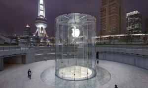 the-apple-store-entrance-in-shanghai-is-truly-unique-guests-enter-through-this-crazy-looking-glass-cylinder